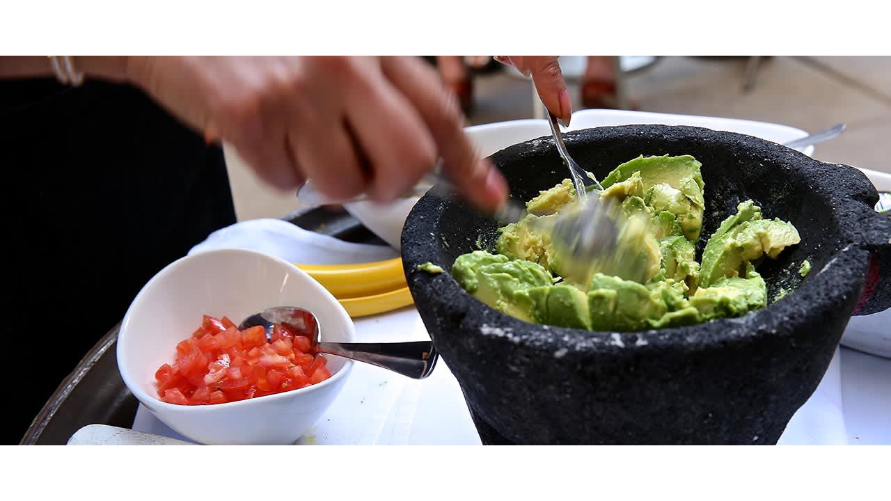guacamole made at table